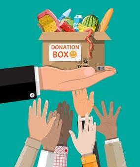 Caixa de papelão cheia de comida na mão