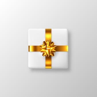 Caixa de presente branca realista com laço dourado e fita. ilustração.
