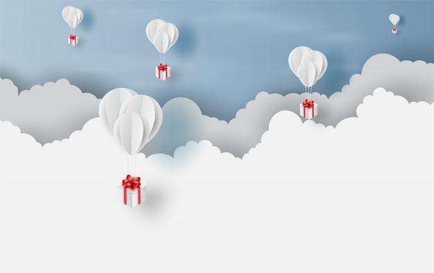 Caixa de presente de balões brancos na paisagem do céu ao ar