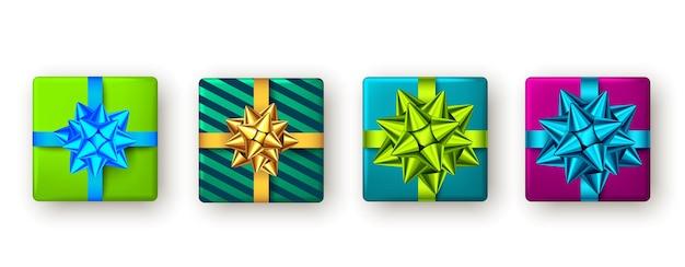Caixa de presente de natal de ano novo com fita azul, verde e dourada e arco de festa com vista de cima