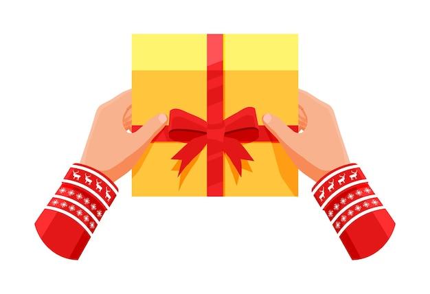 Caixa de presente em mãos isoladas em branco. embalado colorido. venda, compras. caixa de presente com laços e fitas. giftbox para aniversário e feriado. bandeira de natal de natal de ano novo. ilustração vetorial plana