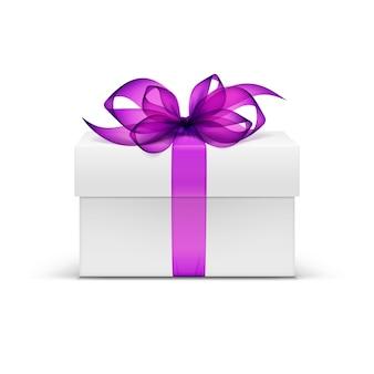 Caixa de presente quadrada branca com fita roxa violeta e laço isolado no fundo