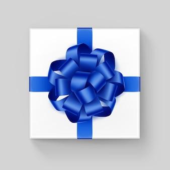Caixa de presente quadrada branca com laço de fita azul brilhante close-up vista superior isolada no fundo