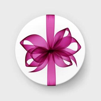 Caixa de presente redonda branca com laço magenta rosa transparente e vista superior da fita close up isolado no fundo