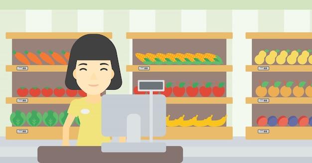 Caixa em pé no caixa no supermercado.