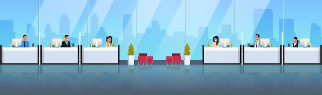 Caixas sentado nas janelas da mesa de dinheiro