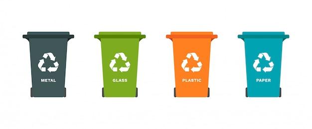 Caixotes do lixo com símbolo de reciclagem para lixo de separação: papel, metal, vidro, plástico