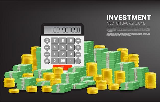 Calculadora com moeda e pilha de notas