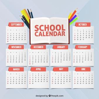 Calendário escolar com canetas e lápis