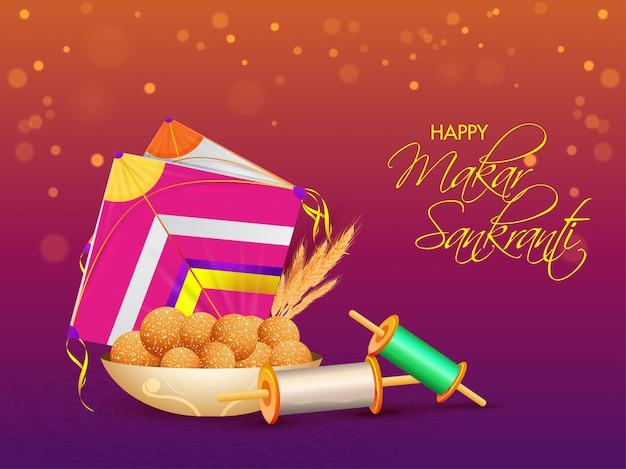 Caligrafia de feliz makar sankranti com doce indiano (laddu), pipa colorida, carretel de corda no bokeh roxo e laranja.