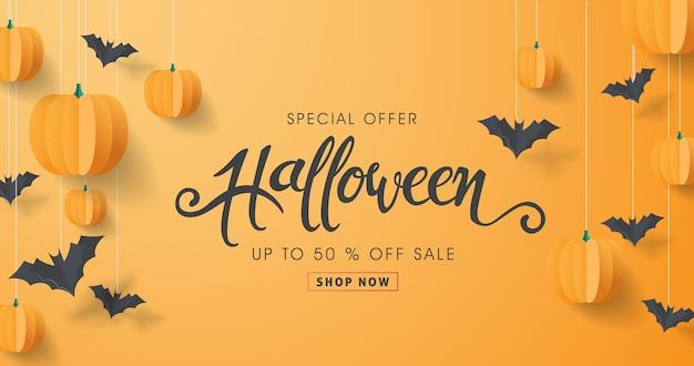 Caligrafia de halloween feliz com morcegos de papel e abóboras. venda de oferta especial de banner.