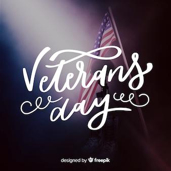 Caligrafia do dia dos veteranos com bandeira