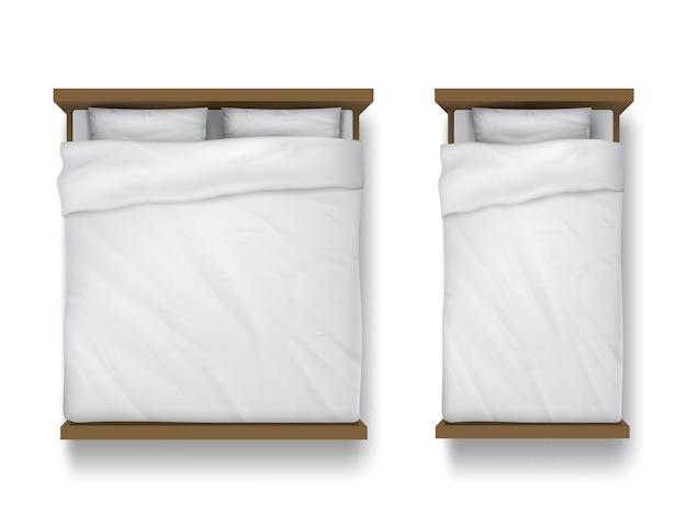Camas de solteiro e casal com lençol branco, travesseiros e edredom