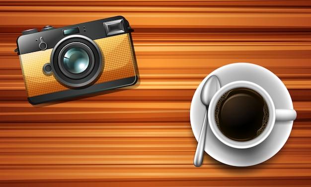 Câmera e um café na mesa