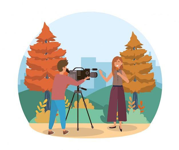 Câmera homem com filmadora e mulher repórter com microfone
