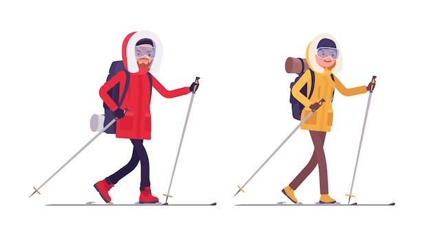 Caminhante de inverno homem, mulher esquiando