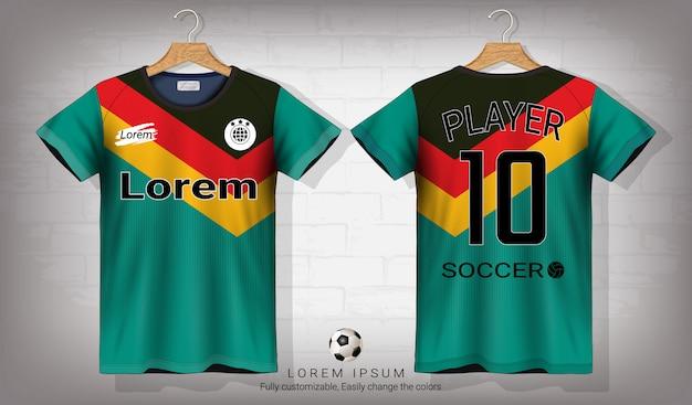 Camisa de futebol e t-shirt modelo de maquete do esporte.