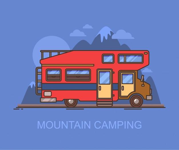 Campista de caminhão ou veículo recreativo perto da montanha
