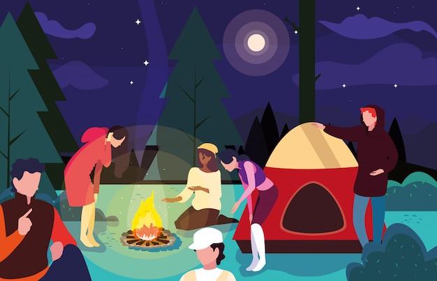 Campistas na zona de acampamento com cena noturna de barraca e fogueira