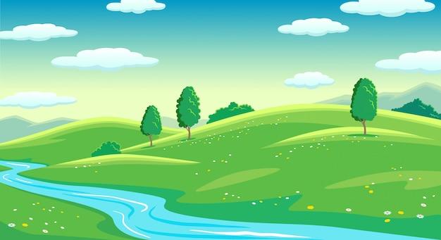 Campos brilhantes de verão colorido com paisagem do rio, grama verde e árvores, céu nublado ao nascer do sol