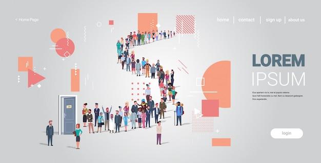 Candidatos de empresários na fila da fila para o escritório da porta contratando emprego emprego conceito ocupação diferente grupo de trabalhadores à espera de entrevista comprimento total horizontal