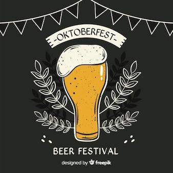 Caneca de cerveja oktoberfest de quadro-negro com espuma