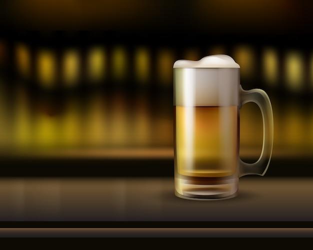 Caneca de vidro grande de cerveja no balcão do bar close-up vista lateral com fundo desfocado quente