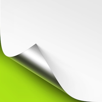 Canto enrolado de metal prateado de papel branco com sombra close up
