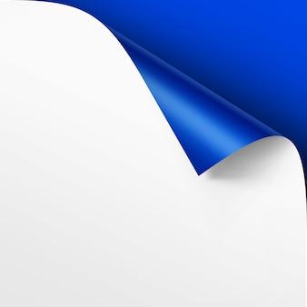 Canto enrolado de papel branco com sombra mock up close up isolado em fundo azul brilhante
