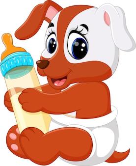 Cão bonito segurando a garrafa de leite