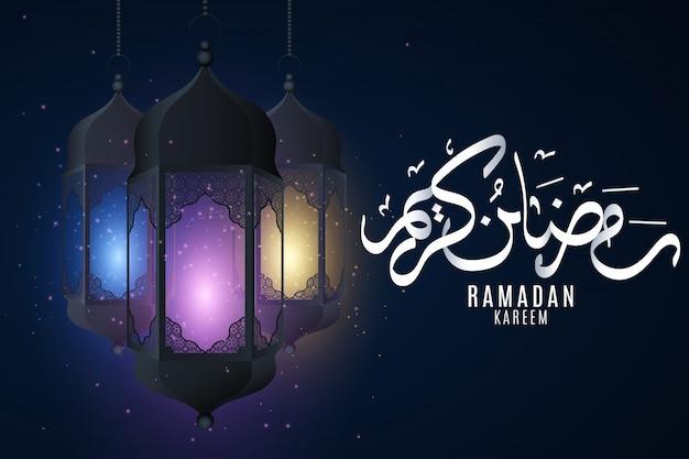Capa para ramadan kareem. pendurando lanternas brilhantes multicoloridas com ornamento islâmico em um fundo escuro. eid mubarak. caligrafia árabe desenhada de mão.