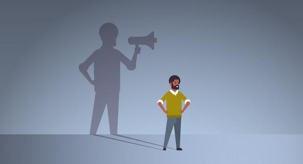 Cara afro-americana sonhando em ser gerente ou chefe gritando no megafone