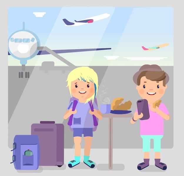 Cara de turistas e uma menina estão bebendo café no aeroporto