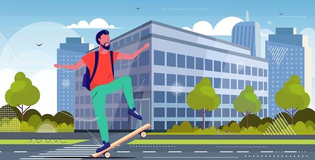 Cara skatista realizando truques na cidade rua asfalto estrada conceito de skate adolescente masculino se divertindo andando de skate paisagem urbana fundo comprimento total ilustração vetorial esboço horizontal