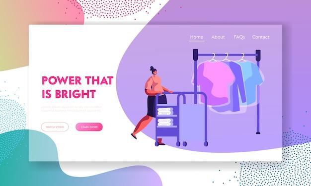 Caráter feminino empurrando o carrinho com roupas limpas em público profissional ou lavanderia de hotel. modelo de página de destino do site