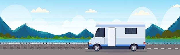 Caravana carro viajando na estrada recreacional veículo de viagem camping conceito bela natureza rio montanhas paisagem plano de fundo horizontal