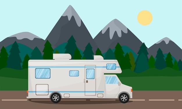 Caravana na estrada com um automóvel de transporte de caravana com belas paisagens