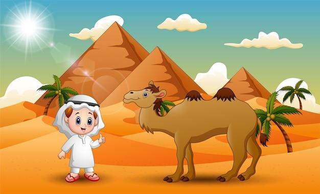 Caravanas está pastoreando camelos no deserto