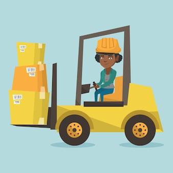 Carga em movimento do trabalhador do armazém pelo caminhão de empilhadeira.