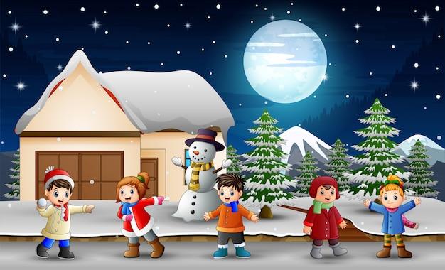 Caricatura, crianças, cantando, frente, nevando, casa