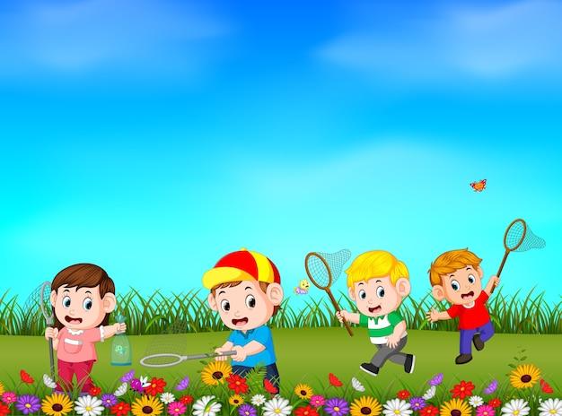 Caricatura, crianças, pegando, borboleta, jardim