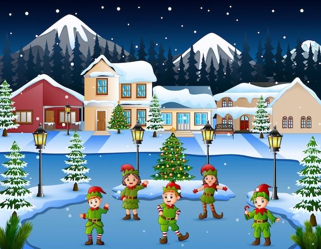 Caricatura, de, grupo miúdo, desgastar, elfo, traje, dançar, em, a, nevado, vila
