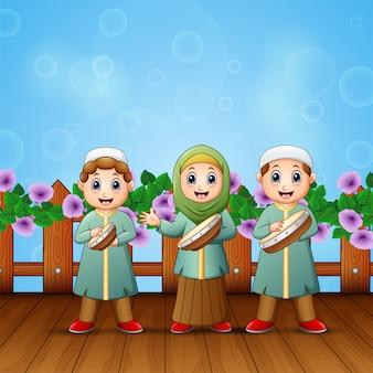 Caricatura, de, muçulmano, crianças, tocando, tambourine