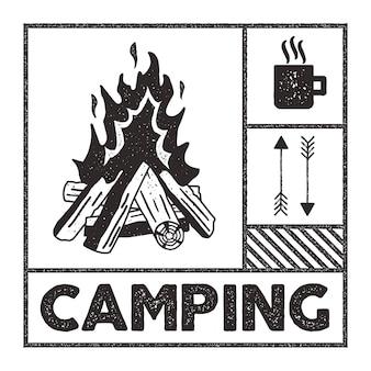 Carimbo de camping wanderlust. mão da velha escola desenhada print apparel graphics. símbolos de fogueira, caneca e seta. efeito de carimbo texturizado. estilo vintage.