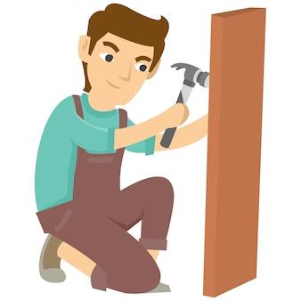 Carpenter use martelo e prego para fazer algo em madeira