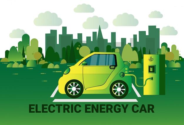 Carregamento do carro da energia elétrica na estação sobre o conceito híbrido de vechicle do fundo verde da cidade