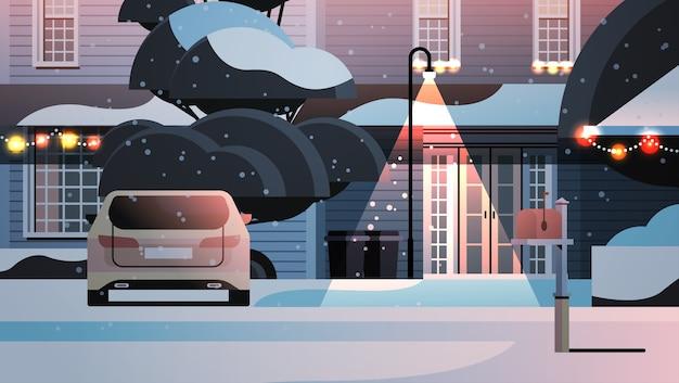 Carro no quintal coberto de neve na construção de casas na temporada de inverno com decorações para o ano novo e ilustração horizontal de celebração de natal