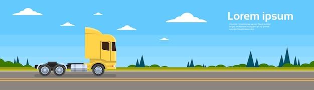 Carro vazio do caminhão no transporte de carga da estrada