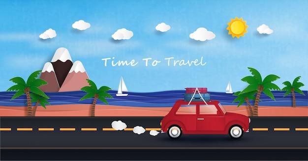 Carro vermelho está dirigindo para viajar e relaxar no mar durante as férias.