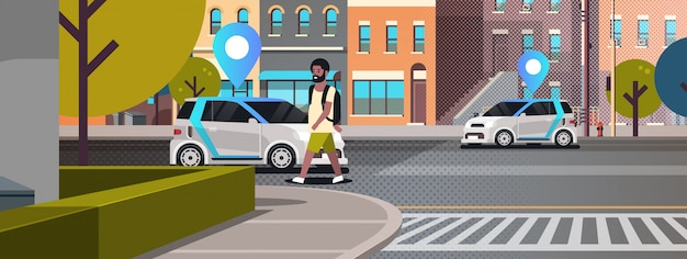 Carros com pino de localização na estrada, ordenando on-line táxi, compartilhando o conceito de transporte móvel homem usando o serviço de compartilhamento de carro moderno cidade rua paisagem urbana de fundo horizontal